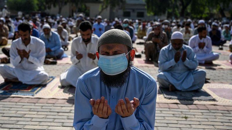 Les musulmans célèbrent la fin du ramadan dans de rares mosquées ouvertes